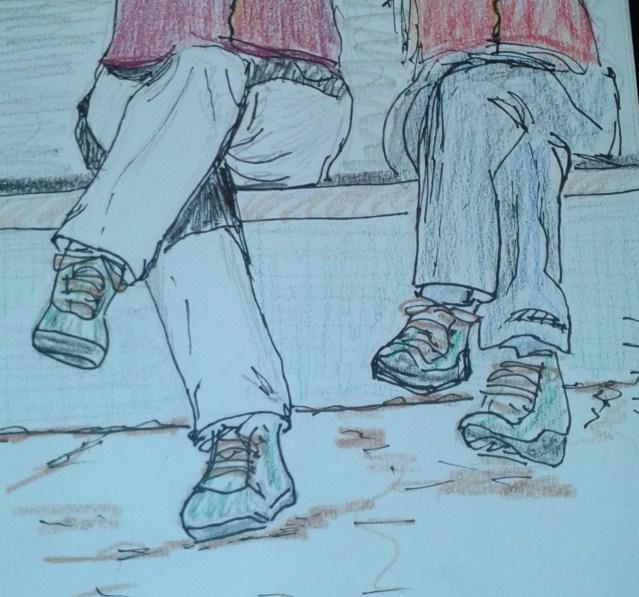 Dues excursionistes esperen el bus a Sóller